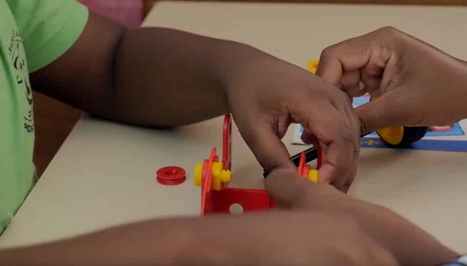 un enfant autiste jouant avec un jouet