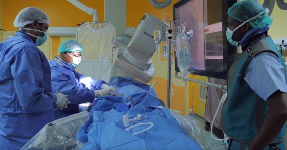 une équipe de chirurgien réalisant une opération